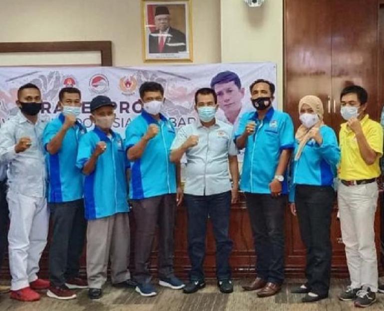Ketua Pengprov Wushu Sumbar, Kompol Yanisman bersama pengurus saat bersama Ketua Umum KONI Sumbar Syaiful di Padang beberapa waktu lalu. (Dok : Istimewa)