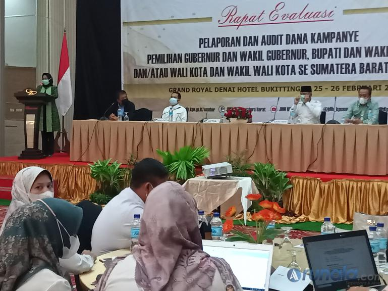 Ketua KPU Sumbar Yanuk Sri Mulyani saat membuka rapat evaluasi pelaporan dana kampanye pilkada serentak 2020, Kamis (25/2). (Foto : Arzil)