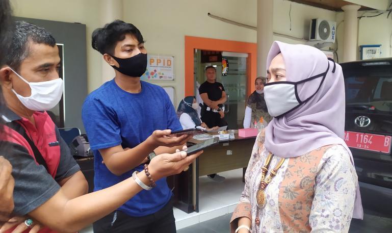 Ketua KPU Sumbar Yanuk Sri Mulyani saat diwawancari wartawan terkait baliho Paslon Cagub dan Cawagub Sumbar, Senin (9/11). (Foto : Arzil)