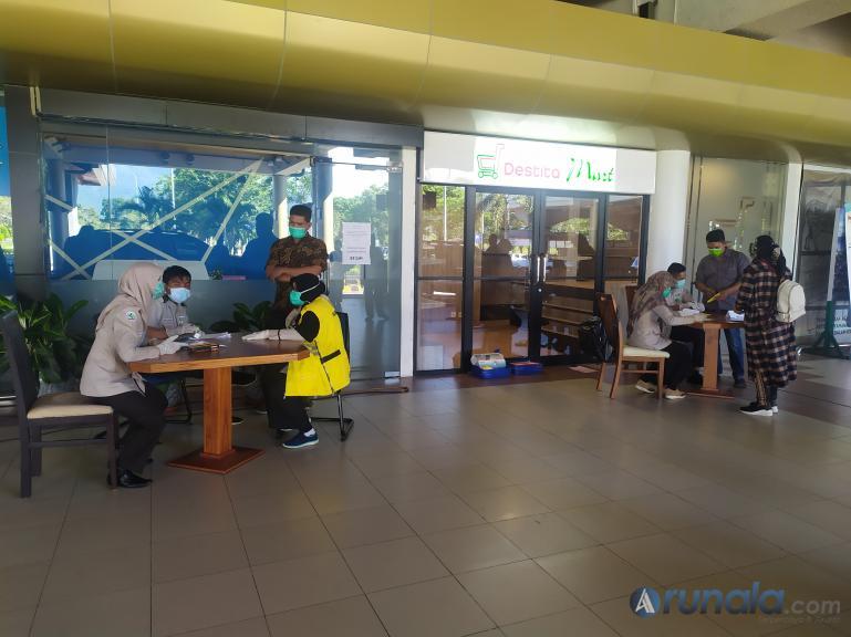 Calon penumpang mengisi dokumen kesehatan yang diberlakukan di BIM Padang Pariaman, Minggu (7/6). (Foto : Dyz)