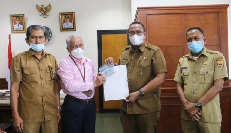 Sekko Pariaman, Yota Balad saat menerima data publikasi Pariaman Dalam Angka Tahun 2021, Selasa (27/7). (Dok : Istimewa)