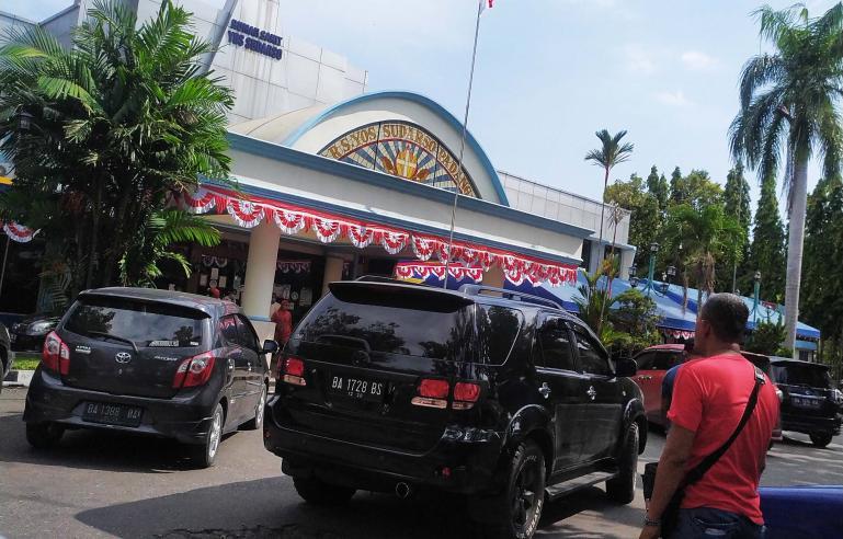 Kendaraan dinas yang ditumpangi Bupati Yudas Sabaggalet saat meninggalkan Rumah Sakit Yos Sudarso, Padang, Kamis (20/8). (Foto : Dyz)