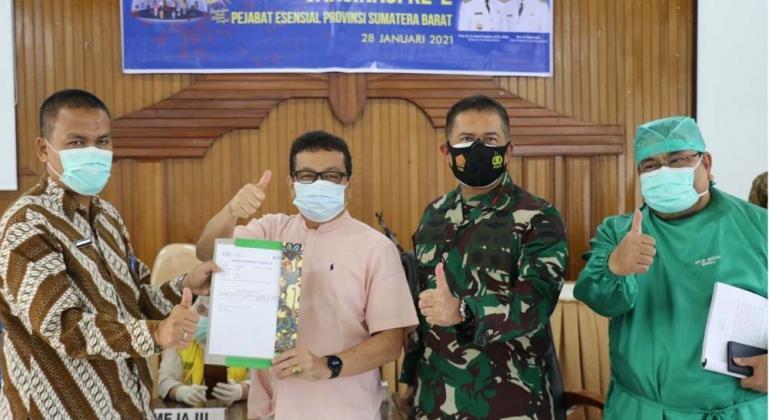 Kepala Dinkes Sumbar, Arry Yuswandi, bersama Kadis Kominfo Sumbar Jasman Rizal saat membuka acara vaksinasi Covid-19 tahap 2 bagi pejabat esensial Sumbar, di Padang, Kamis (28/1). (Dok : Istimewa)
