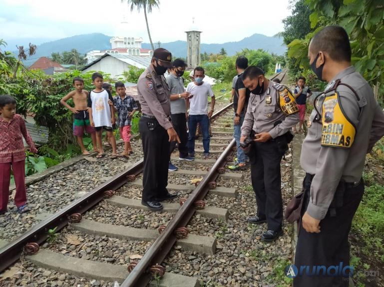 Anggota kepolisian dari Polsek Padang Timur melakukan olah TKP pascakejadian warga tertabrak Kereta api, Rabu (9/9). (Foto : Can)