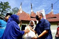 Andre Rosiade Bagikan Ratusan Sembako di Salimpaung