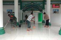 Babinsa Koramil 04/Lengayang Bantu Warga Bersihkan Lumpur