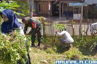 Babinsa Pessel Bersihkan Taman PKK