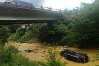 Hantam Pagar Jembatan, Pajero Masuk Sungai