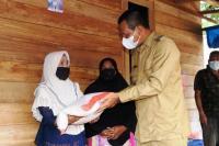 Korban Puting Beliung Desa Pauh Barat Terima Bantuan