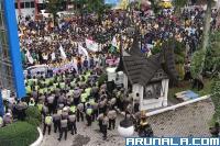 Massa Pendemo di DPRD Sumbar Capai Ribuan Orang