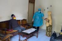 Pasutri Lansia Diduga Terpapar Covid-19 Terkurung di Padang