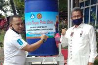 PNP Serahkan Wastafel untuk SMA 2 Padang