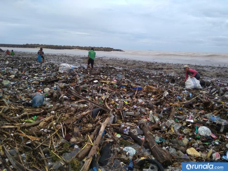Tumpukan Sampah di Pantai Padang